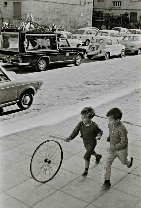 Fotografie din Palermo Italia 1971 - Copii jucandu-se cu cercul.