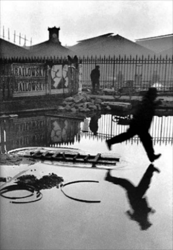 Om si umbra in spatele garii Saint-Lazare, Paris 1932 Henri Cartier Bresson