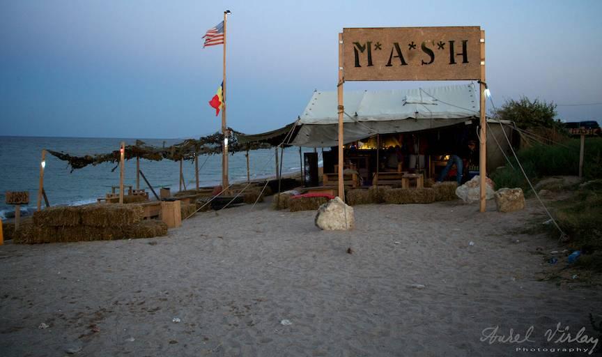 Fotografie emblematica a prieteniei romano-americane la M.A.S.H. Beach Bar Vama Veche