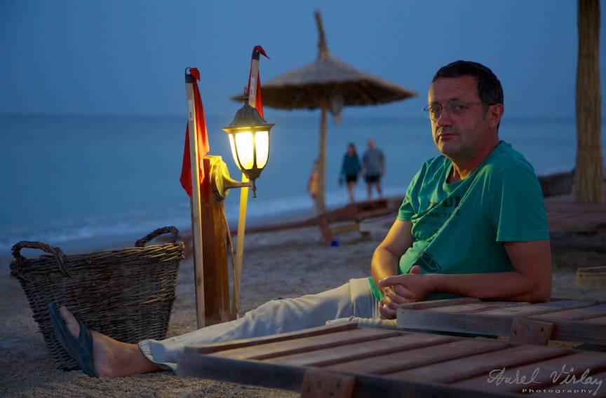Portret fotografic cu lumina de felinar de la plaja de carte din Vama Veche.