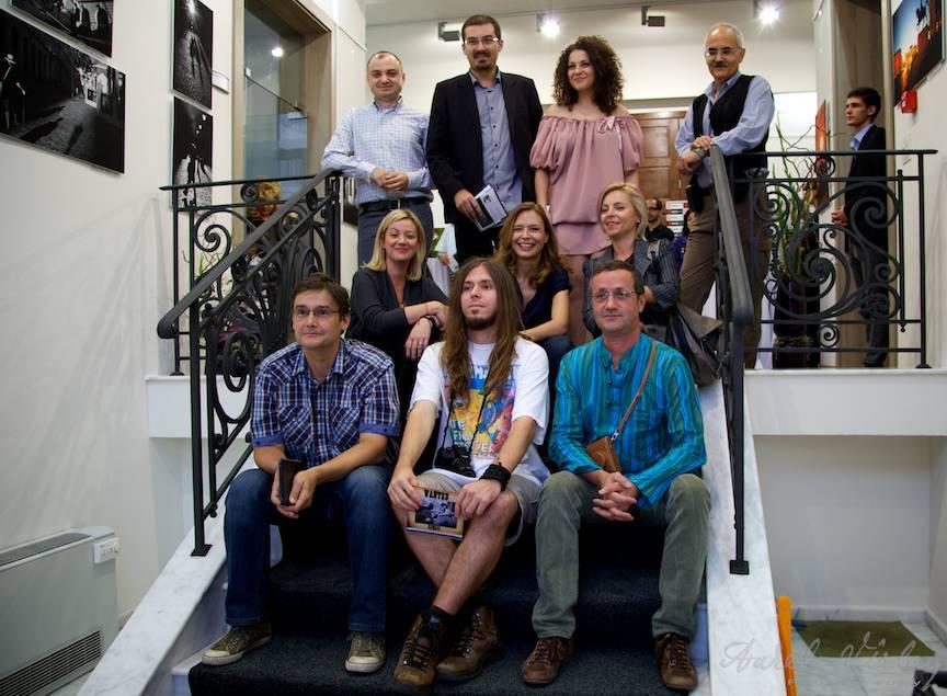 Fotografi si organizatori intr-o fotografie de grup.