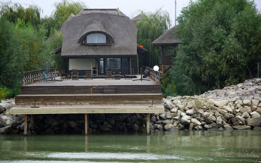 Casa noua acoperita cu stuf si ponton la malul Dunarii.