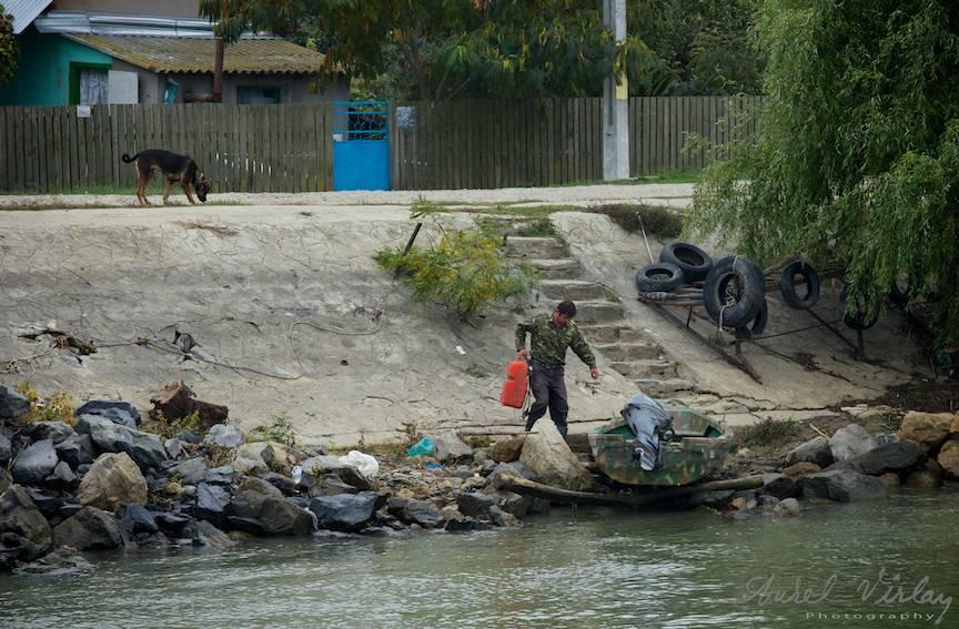 Pescar pregatindu-si barca in Crisan pe Bratul Sulina.