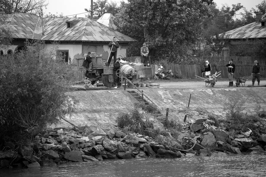 Fotoreportaj pe malul Dunarii in Alb Negru.