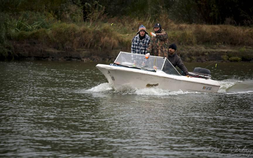 Trei pescari periculosi in barca Spaima Stiucilor!