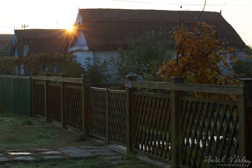 Rasarit de Soare printre casele acoperite cu stuf din Crisan.