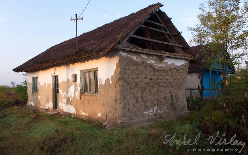 Casa de chirpici acoperita cu stuf.