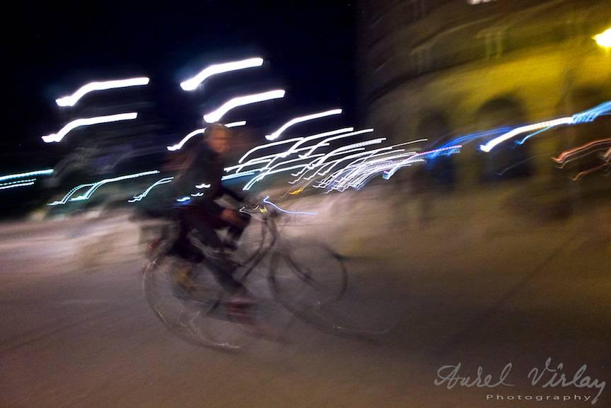 La limita expunerii pentru o fotografie de strada nocturna cu o biciclista poloneza.