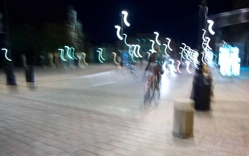 Dare de lumina ce descriu nebunia miscarii de aparat foto.