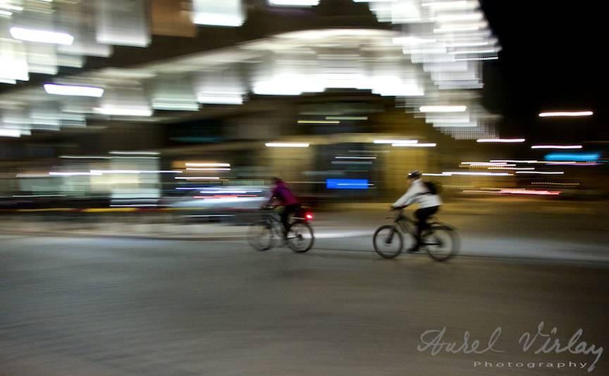 Fotografie-miscata-biciclisti-miscare-noaptea-varsovia-polonia-