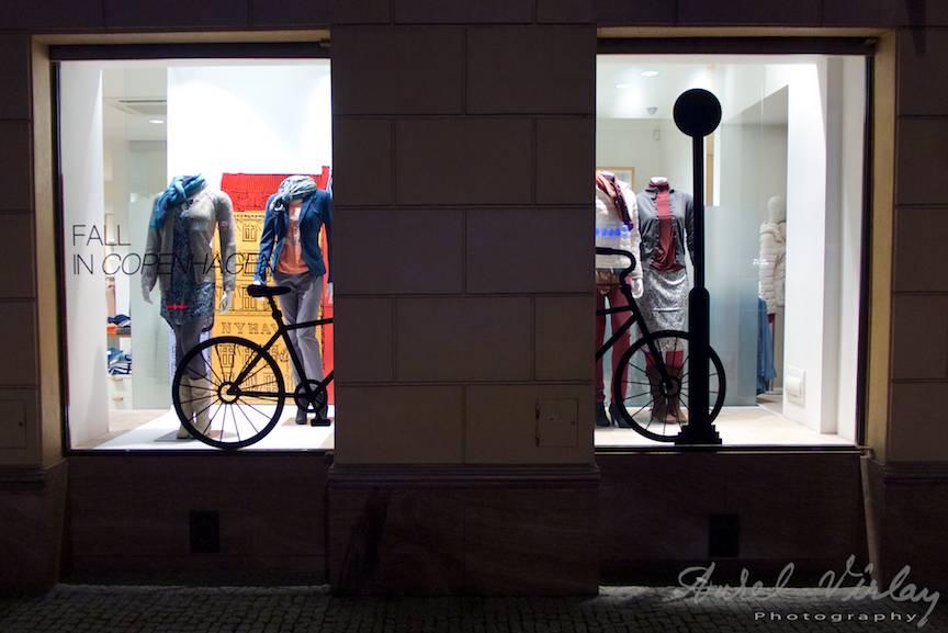 Idei interesante de a aranja o vitrina cu o bicicleta.