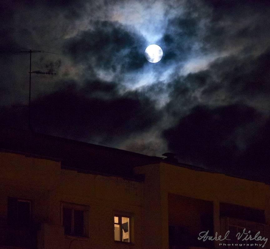 Cele mai frumoase fotografii cu Luna Plina dintr-o mahala bucuresteana.