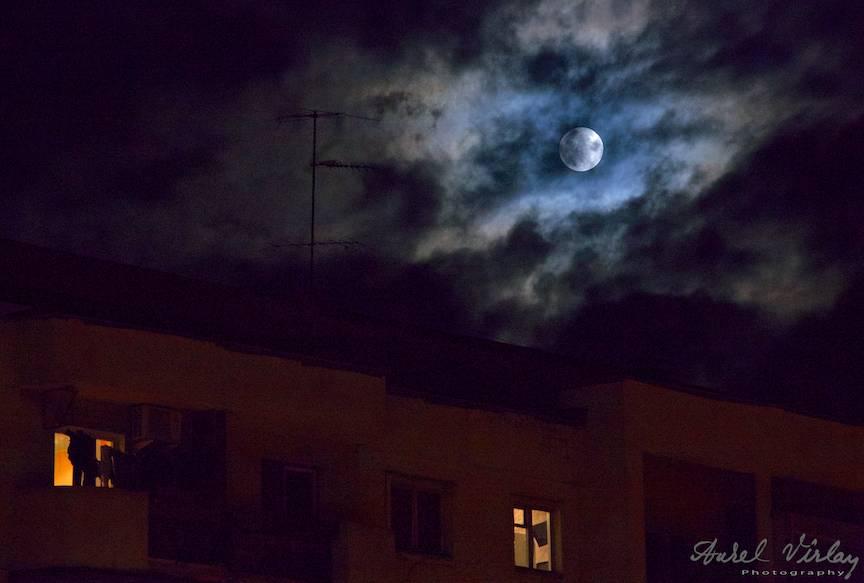 Fotografie intr-o dunga cu o antena ceausista si eterna Luna Plina!