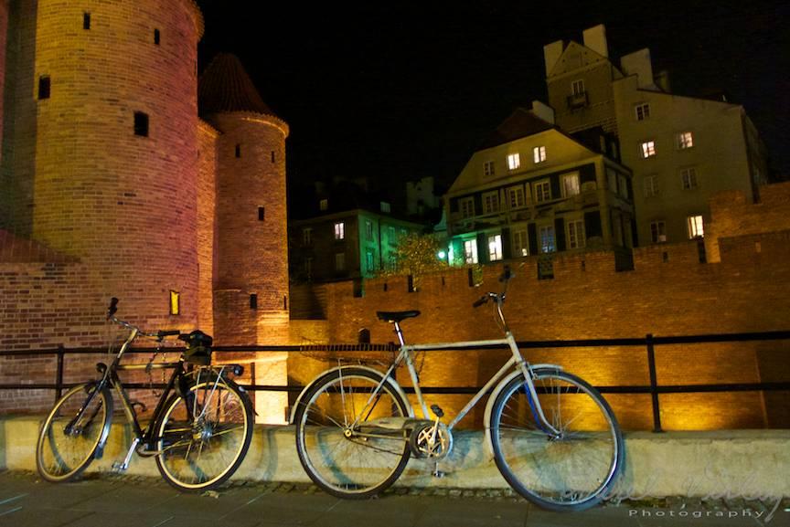 Peisaj foto nocturn cu bicilete in downtown of Warsaw!