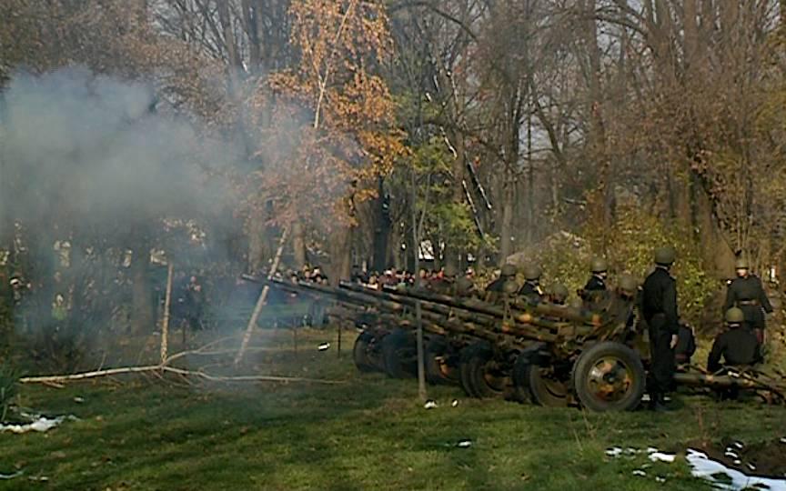 Ultimul foc de tun arunca copacul rupt la pamant.