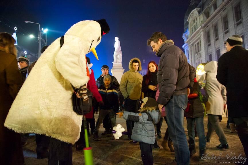Omul de Zapada oferind baloane copiilor in Piata Universitatii.