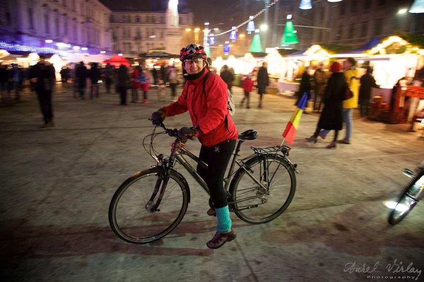 Cu bicicleta printre statui la Bucharest Christmas Market.