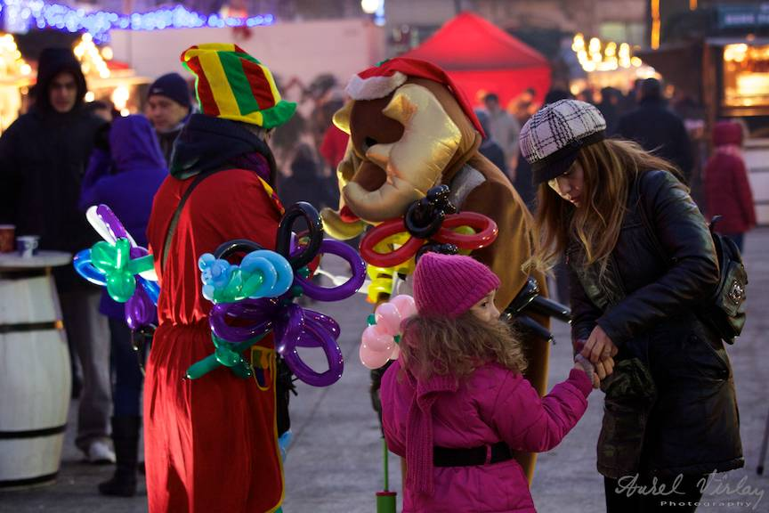 Animatori cu baloane pentru copii la Bucharest Christmas Market.