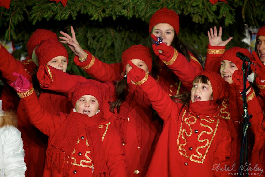 Cor de copii cantand sub bradul de Craciun din Piata Universitatii.