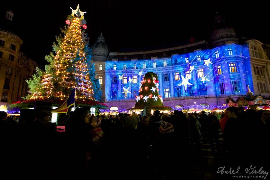 Fotografie de noapte Bucharest Christmas Market si Bradul de Craciun.
