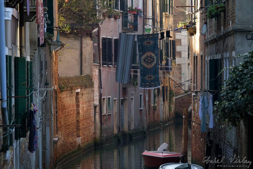 Covoare si ciorapi la uscat deasupra unui canal din Venetia.