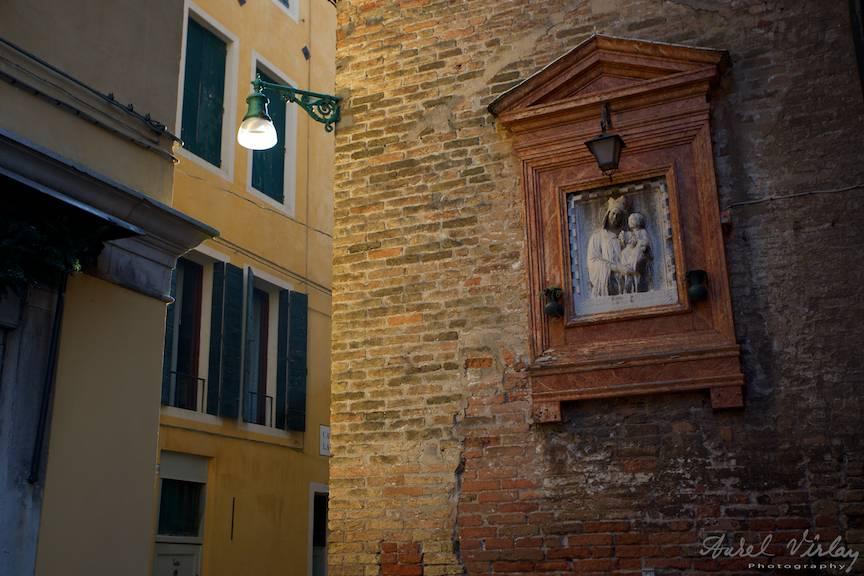 Cea mai potrivita lumina laterala reflectata pentru o fotografie cu un detaliu arhitectural.