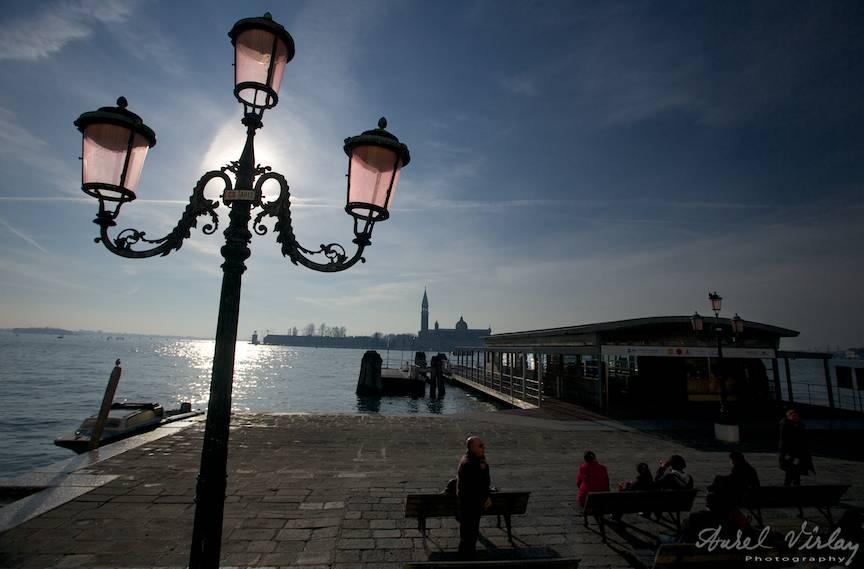 Dupa-amiaza unui fotograf cuminte pe cheiul Grand Canal aproape de Piata San Marco.