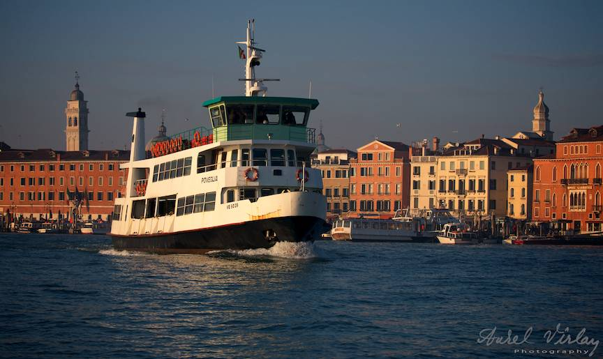 Vapor plecand pe laguna din portul San Marco.