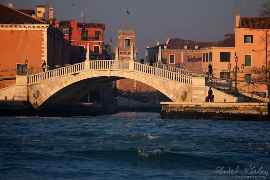 Venetia sub lumina calda a apusului de soare.