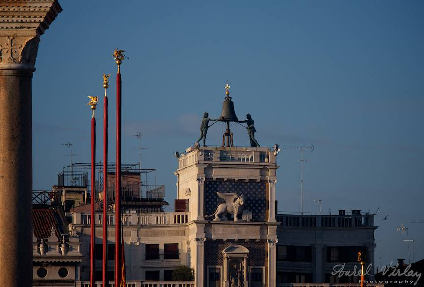 Fotografie emblematica a Pietei San Marco cu cele trei catarge rosu cardinal.