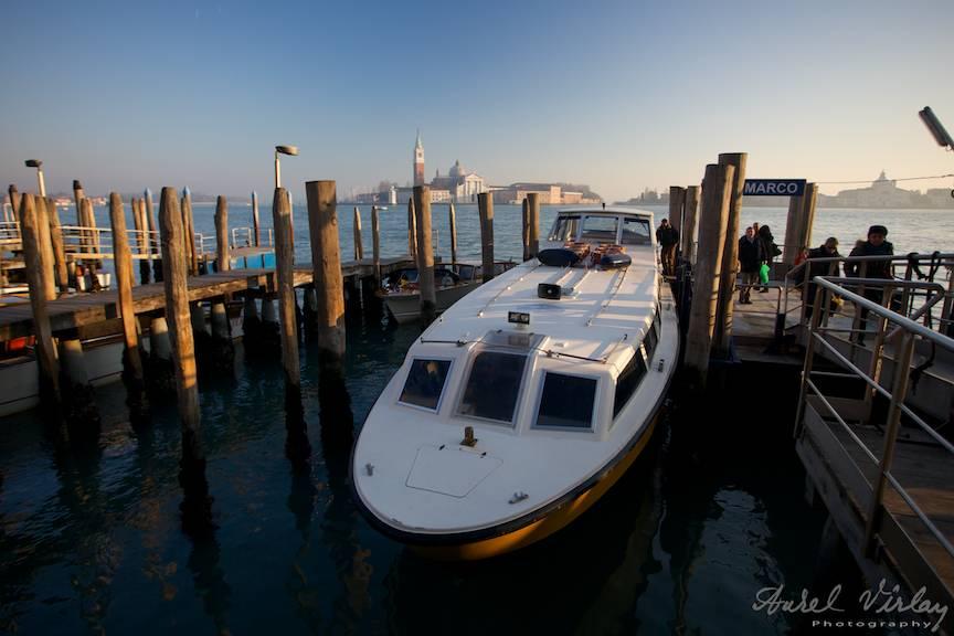 Fotografie wide-lens de pe docul vaporasului Alilaguna.