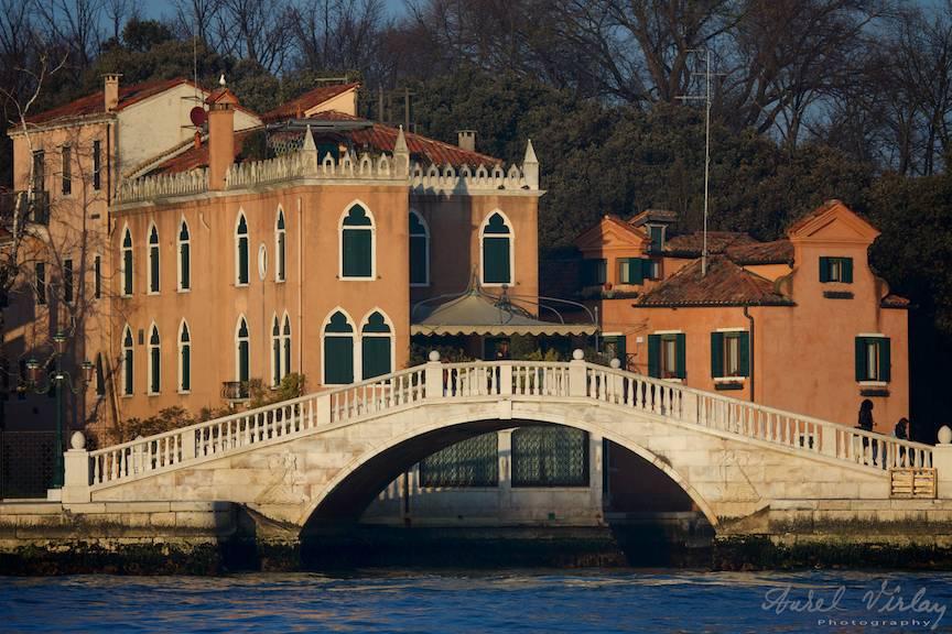 Soarele apune peste orasul Venetia.