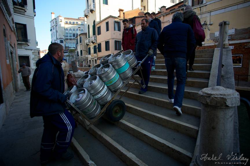 Fotojurnalism Strada in  Venetia: caratul marfii in orasul unde nu au acces masinile.