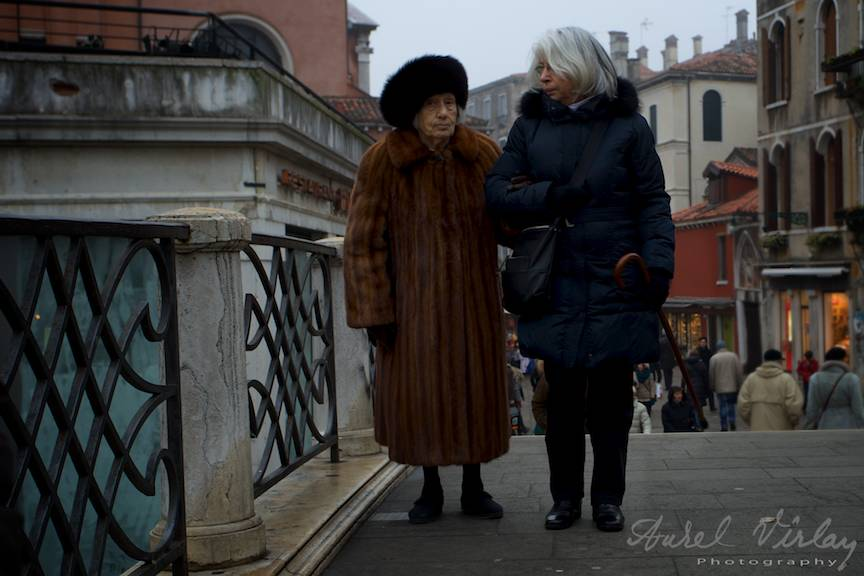 Batrane doamne venetiene facand popas pe un pod.