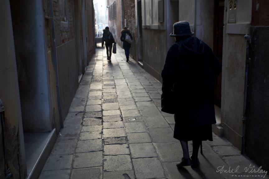 Plimbare solitara pe ingusta strada din Venetia.