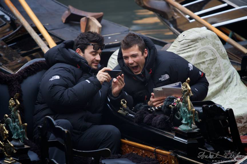 Gondolieri in pauza urmarind filme pe iPhone si iPad.