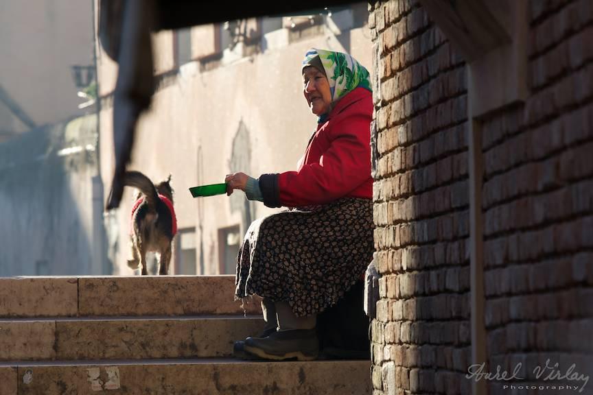 Tiganca batrana la cersit in Venetia.