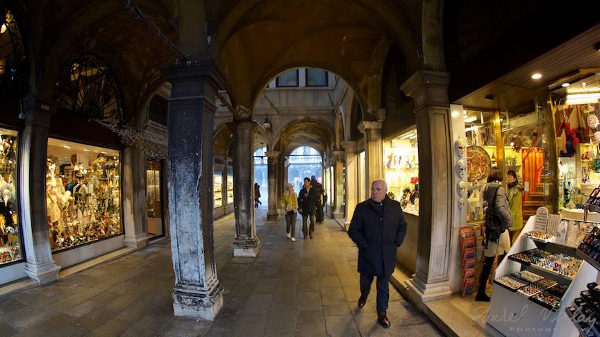 Calator pe sub coloanele din San Marco.