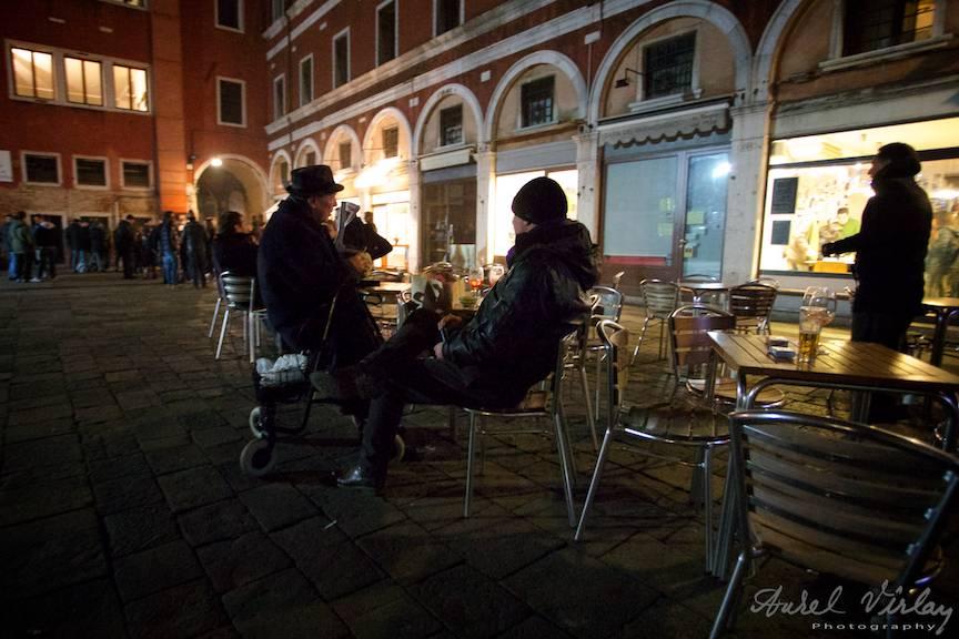 Fotografie de strada seara la un pahar cu vin sau bere.