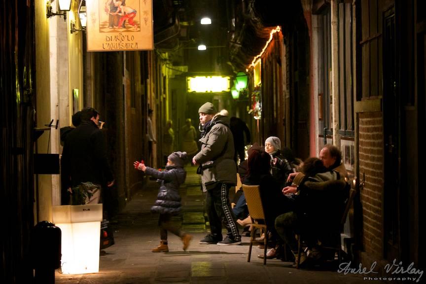 Tratorie pe o strada ingusta din downtown Venetia.