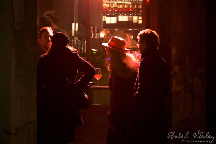 Fotografie de noapte in lumina rosie a barului de strada.