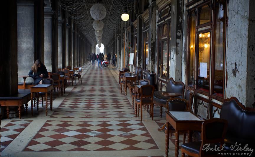 Loc de popas si cafea de 15 euro sub coloanele din imensa Piata San Marco.