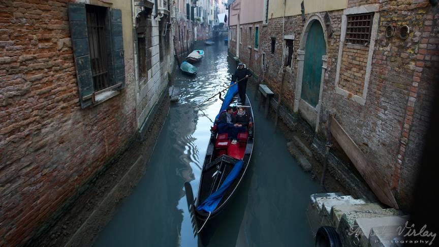 Cu lunga gondola pe canalele Venetiei.