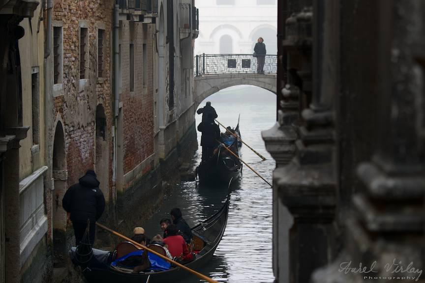 Venetia are sute de poduri, sute de gondole.
