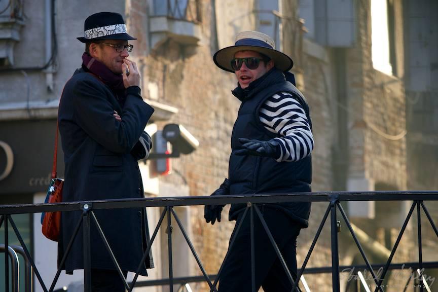 Fotografie surprinsa in timpul discutiei aprinse dintre cei doi gondolieri.