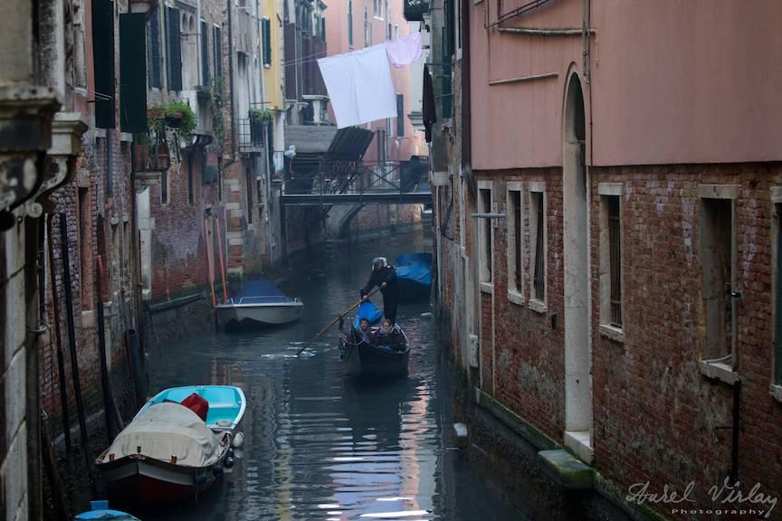 Peisaj foto cu gondola si rufe la uscat in frumoasa Venetie.