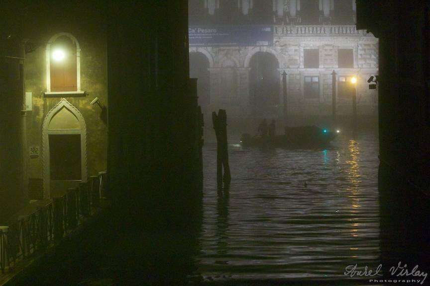 Fotografie in amintirea filmului Shadow and Fog al lui Woody Allen.