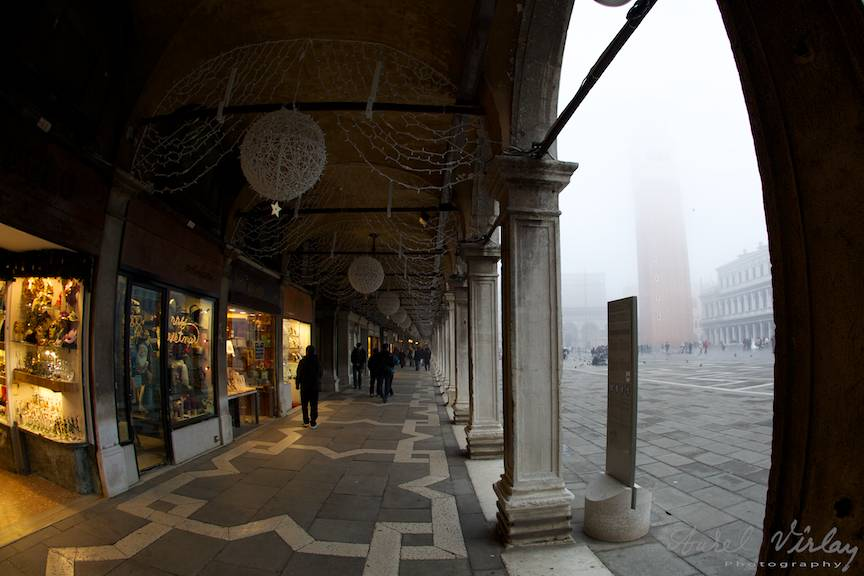 Fotografie cu fish-eye 15mm pe sub coloanele din Piata San Marco.