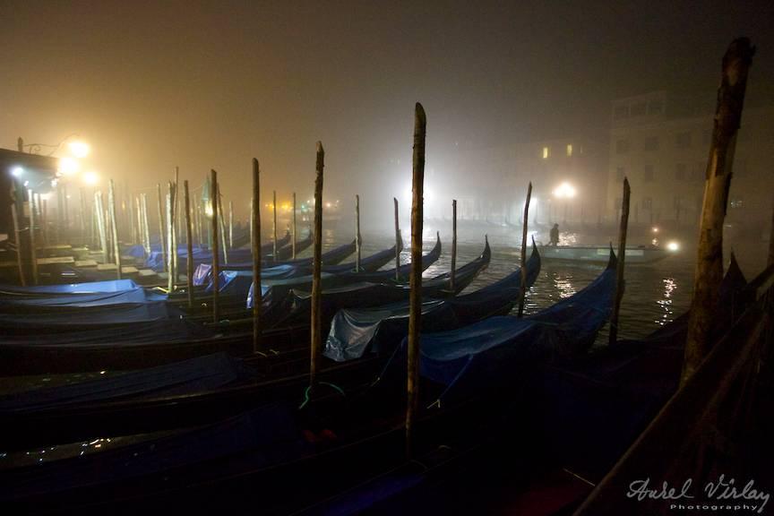 Seara si ceata se lasa pe Grand Canal.