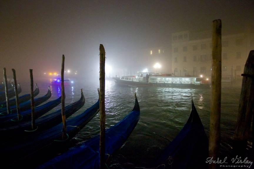 Gondolele urmarind barcile si vapoarele care se avanta prin ceata tot mai deasa.